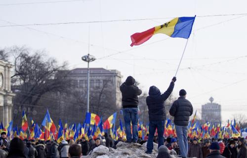 Участники акции протеста в центре Кишинева потребовали проведения досрочных парламентских выборов не позже апреля 2016 г.